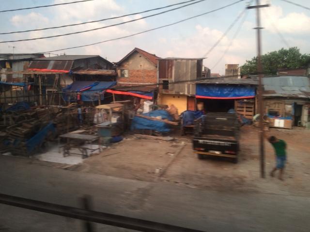 ジャカルタの町並みをぼんやりと眺める