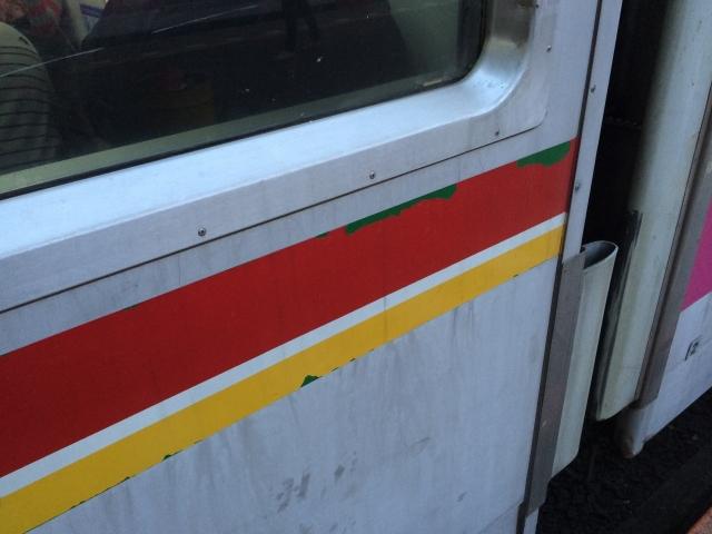 カッティングシートが禿げてるところから千代田線の緑色が見える!
