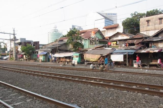 電車が来てないときは線路の上で子供が遊んでいる
