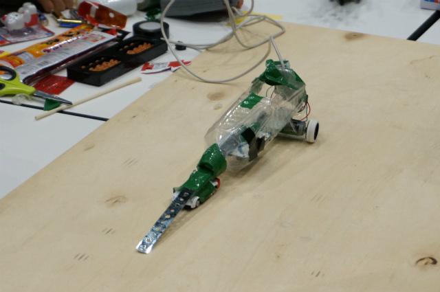 昨年のミニヘボコン出場ロボットより。ペットボトルにビニールテープで部品をベタベタ貼りまくるというストロングスタイルの自称ロボット。ペットポトル(みかん)