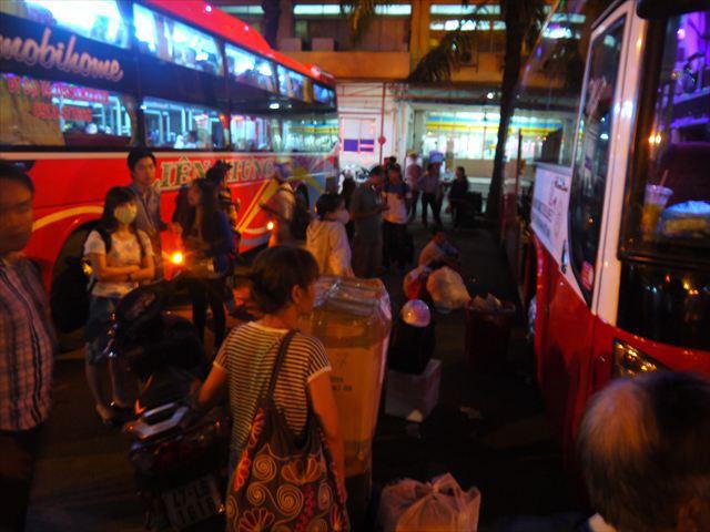 出発を待つ乗客たち。