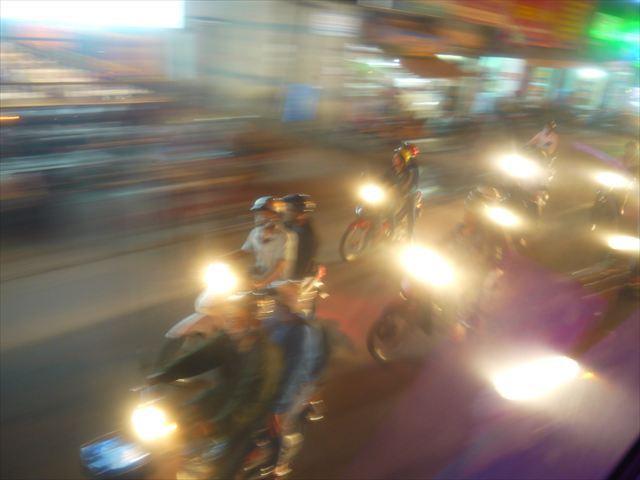 窓から外を覗くとバイクの群れが。暴走族に追われているようにしか見えない。