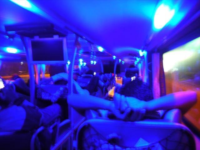 10分後、照明の色は青に輝いてサイバーな世界を演出してくれた。