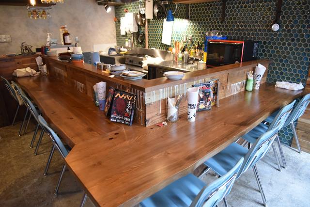 8席のカウンターが厨房を囲む落ち着いた雰囲気。『深夜食堂』のメタル版を意識しているという