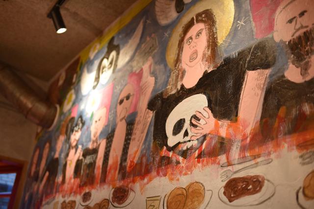 オジー・オズボーン、キッス、モーターヘッド。メタル界のスターたちが食卓に並ぶ、晩さん会の様子を描いた壁画