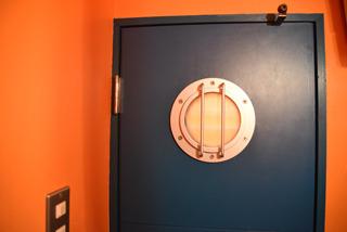 潜水艦風のドアを開けると