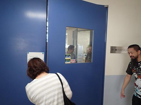 さすがに扉もゴツくて重かった。