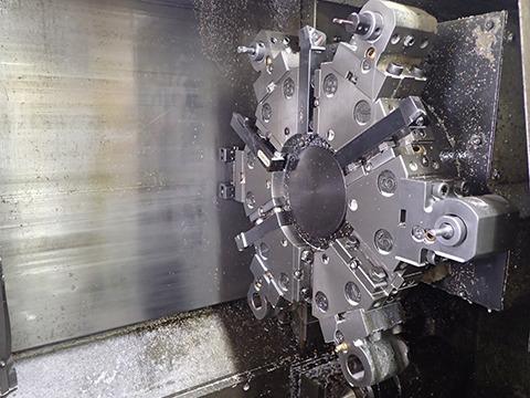 NC旋盤(コンピューター制御の旋盤)の刃の部分。シールドマシンみたいな重厚さでうっとりする。