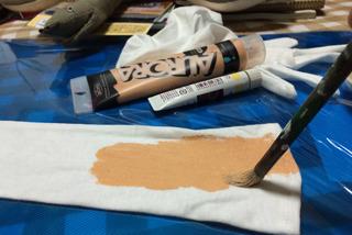 日焼け防止用のロング手袋にアクリル絵の具を塗り