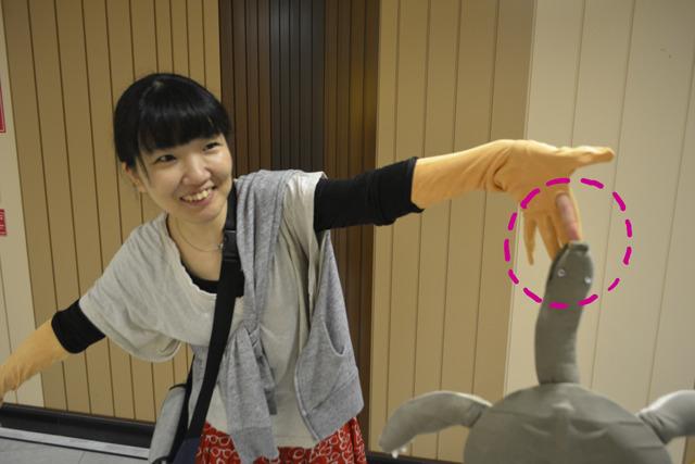 ほんものの左手人差し指はいたって無事。逃がせるようにこっそり手袋に穴あけています。