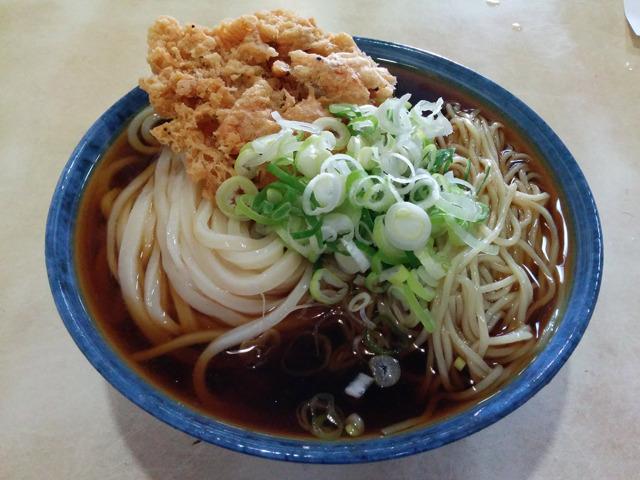 うちゅうコロ大かき揚げ(うどんと中華麺冷たい出汁大盛りでかき揚げトッピング。という意味)