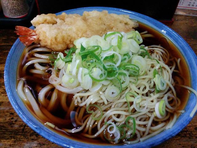 違うときに食べた、うちゅうコロ大海老(うどんと中華麺冷たい出汁大盛りに海老天トッピング)