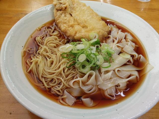 きちゅうコロ大サカナ(きしめんと中華麺冷たい出汁大盛りにイワシの天ぷらトッピング)
