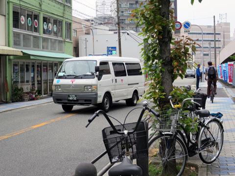 郵便局の前にいると、中からいろんな車が出てくる。車が出てくるたびに写真を撮っていると、駅で電車を撮っている撮り鉄のようだ