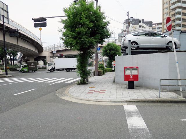 そしてこれが「6-5」のポストだ。交通量の多い道路に背を向けて、孤高を気取る真っ赤なポスト