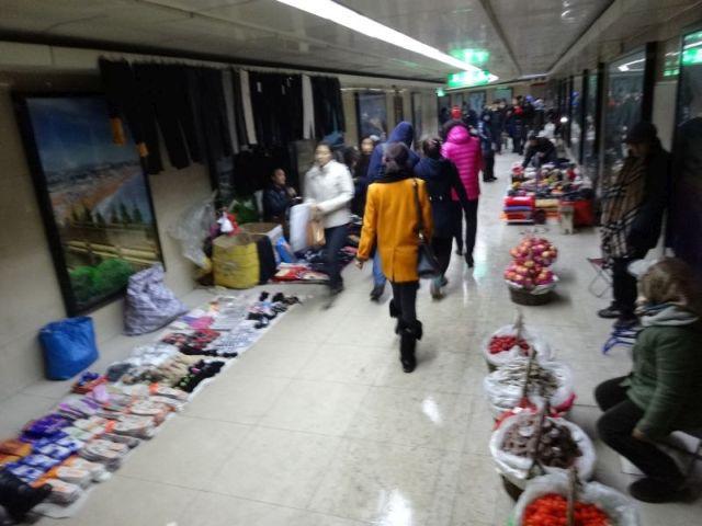 地下道でインソールとキノコと果物が売られている