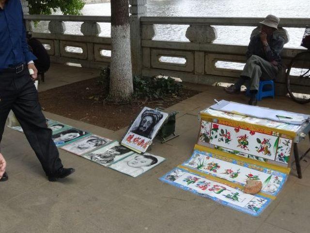 モノクロの似顔絵とカラフルな漢字名前アートの両方を担当する絵師もいる。