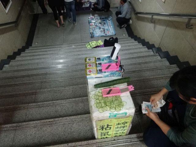 その2.スライサー。ひたすら地下鉄駅の出口できゅうりをスライスしつつスライサーだけを売っている。