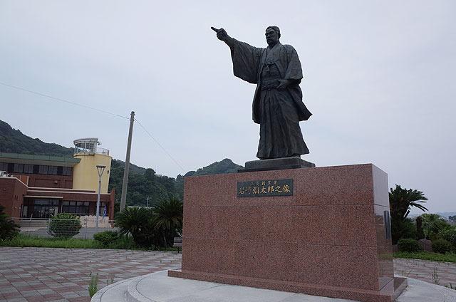 三菱創業者の岩崎弥太郎像。