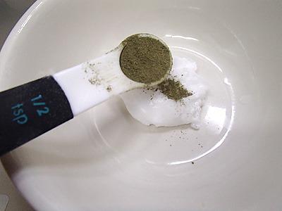 出来上がった乾燥前のラムネに練りこむか、粉砂糖などを混ぜ合わせる段階でミント粉末を混ぜます。