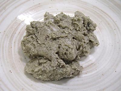 ヨモギを混ぜた草餅のような色です。
