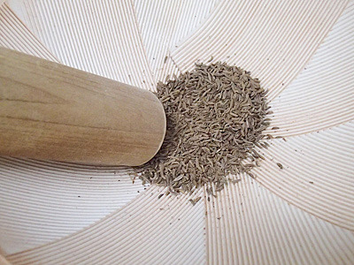 キャラウェイシードは乳鉢で擦ったぐらいでは砕けてこないのですり鉢で入念に潰すか、包丁などで叩くといいです。