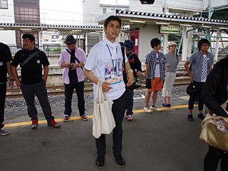 日本中から集まったコアなプロレスファンに、本日の段取りを案内をする渋谷君。