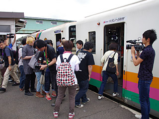 多数の応募者から抽選で選ばれたラッキーな50人が本日の観客。チケット代は1万円也。