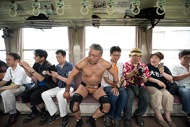 一人目の入場なので対戦相手がいないため、とりあえず席に座る気仙沼選手。