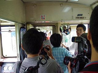 報道陣は連結部分から交代で覗くようにして取材します。
