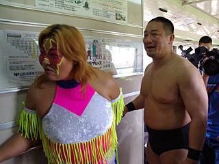 試合の様子が気になるディアナの井上京子選手(山形県南陽市出身)と、DDTの高木三四郎選手。