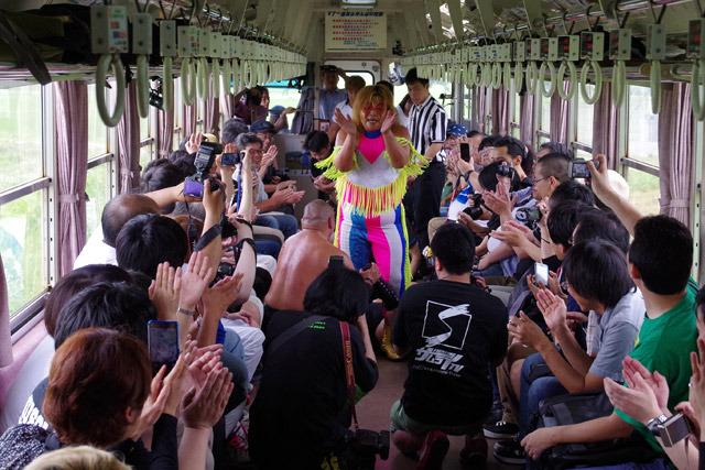 山形県出身の井上選手と一緒に手拍子で盛り上がる乗客たち。