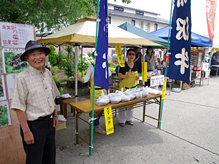長井駅前には地元の名産品を食べさせてくれる出店が並んだ。