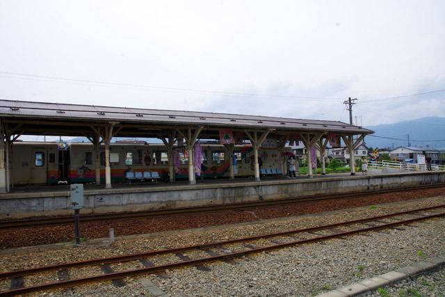 リングの向こうでは、ガラガラの列車がなにごともなかったかのように走っていた。