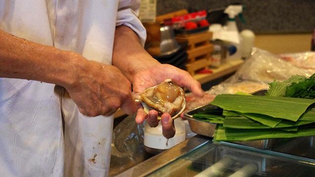 生け簀にいたホッキ貝を素早くさばく。