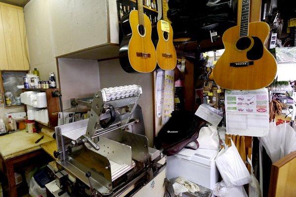 肉切り器とギターが同居しているのも、なかなか衝撃的な光景です