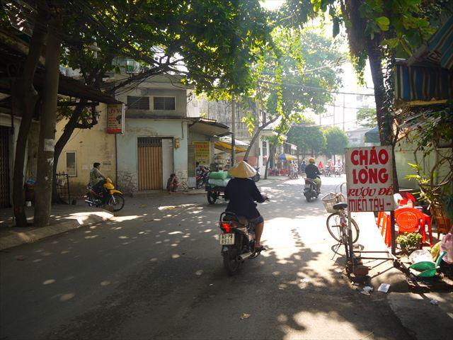 市内中心からバイクで40分ほど走ったローカル感満載エリア。
