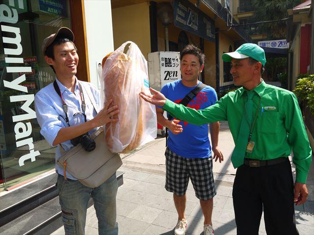 左から友人の、末武さん、南さん。近くにいたタクシー会社の兄ちゃんも巨大バインミーに興味津々。