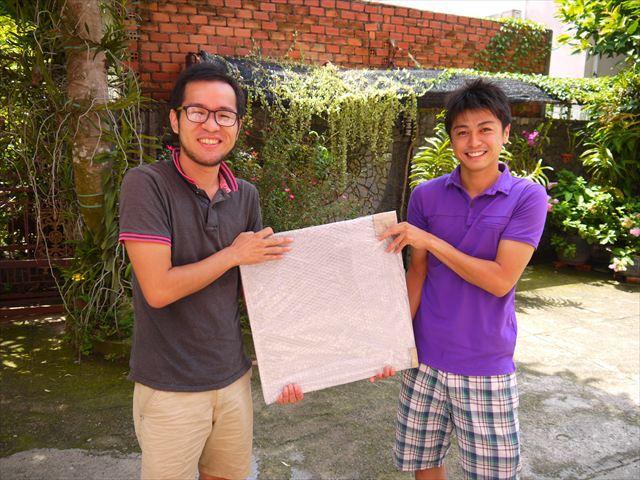 これがその鉄板、そして右は知人から紹介されたプレス加工業者の廣田さん。