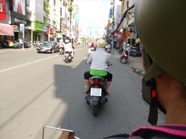 失意の思いでバイクを走らせる。