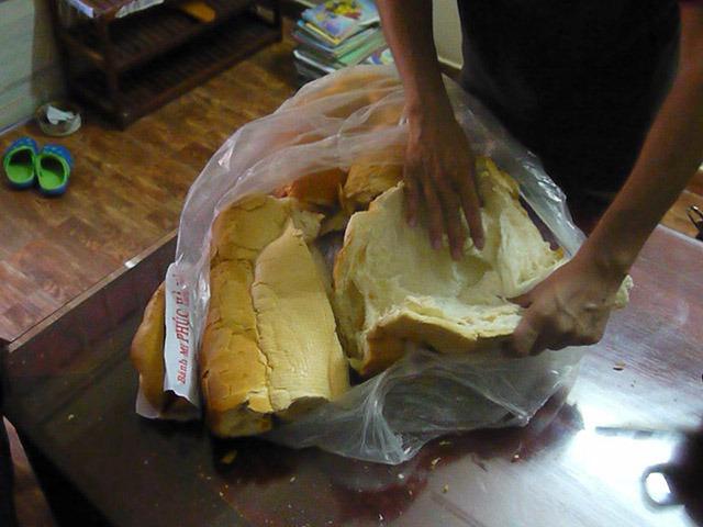 強引にバインミーを切り裂いて染み込みやすいように広げる。