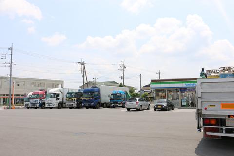 コンビニの駐車場もトラックでいっぱいだった