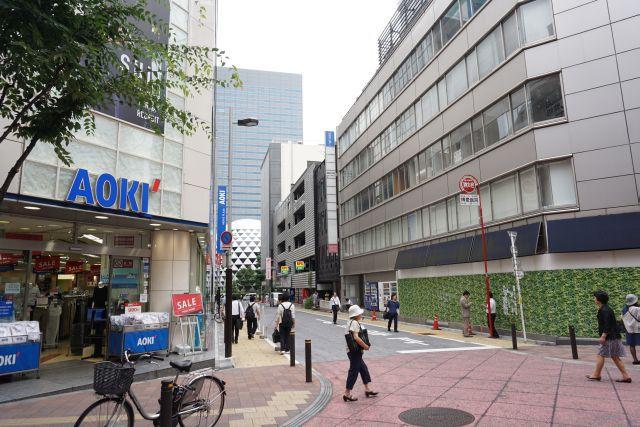 新宿駅から見てヨドバシカメラを右に入ったところです。
