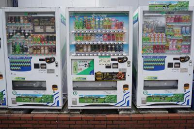 両サイドがボタンが下にあるタイプの自販機。名駅と栄駅の間にありました。
