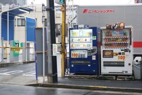 駐車場にはたいてい自販機が置いてある。