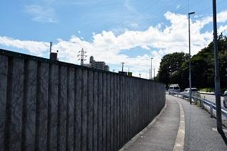 刑務所っぽい壁沿いを歩く