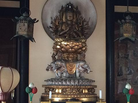 安達さんおすすめの長岳寺の仏さまはこちらの普賢菩薩像。大きなゾウを支えるために小さいゾウがめちゃめちゃいる。子象に乗る親象だろうか、システムの見直しを訴えたい