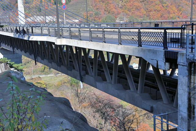 橋の中には水道や電気といったライフラインも通る