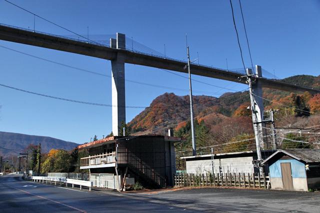駅のはるか高いところに架かる「八ッ場大橋」、工事中の通称「湖面1号橋」