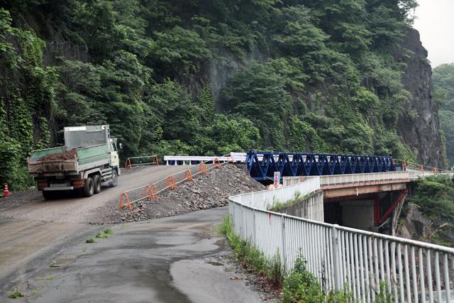 重いトラックが通れるように橋は補強されていた
